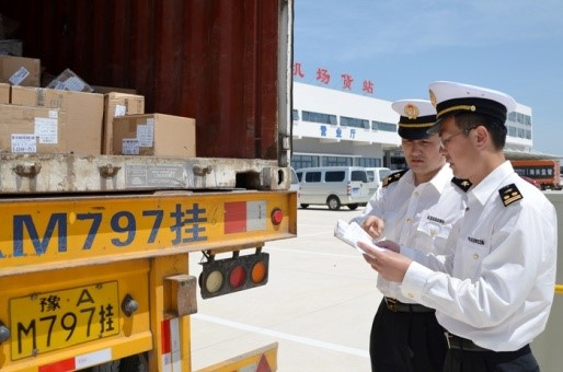 Chinese Customs Officers unload E-cig products.